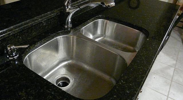 Как да предпазим канала на мивката от запушване