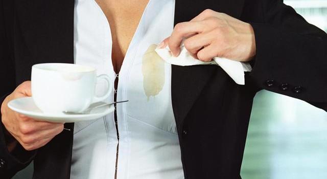 Как да почистим следи от кафе по дрехите
