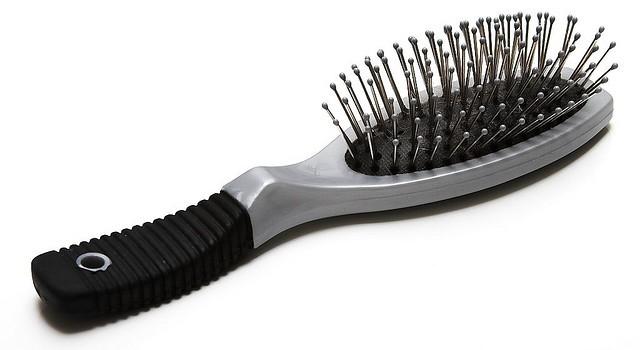 Как да мием четката за коса