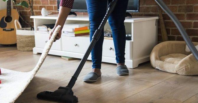 Как да накараме друг да чисти пода вместо нас